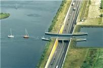 桥都断了,汽车怎么还能往前开!
