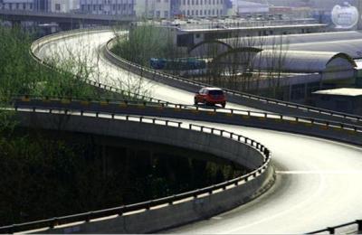 面对驾车意外情况,新手和老司机有什么不同反应?