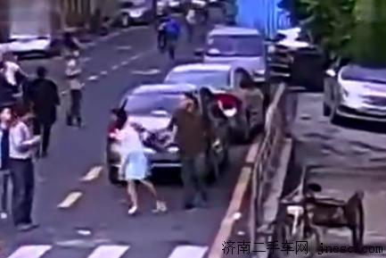 女子和男友闹矛盾砸车泄愤 身手敏捷连砸6车