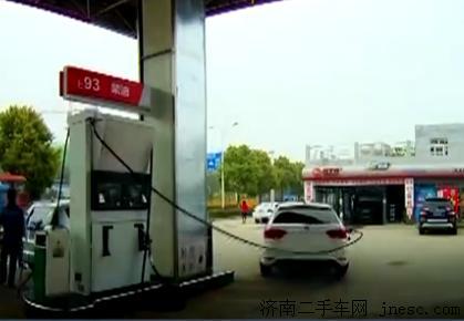 司机加油忘拔油枪 径直开车致油枪回弹重砸油箱