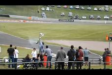 英国F3赛车碰撞空中翻滚 车手毫发未伤