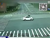 轿车70秒连闯4红灯 电动车司机被撞腾空而起