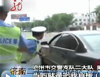 醉驾司机顶着交警逃窜3000米 众私家车围堵