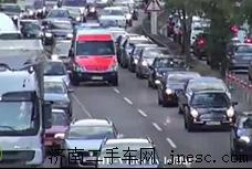 在德国拥挤的马路上 人们是怎么给救护车让道的