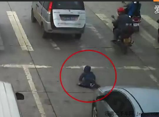 实拍小孩面包车后备箱掉落 惨遭后车碾压